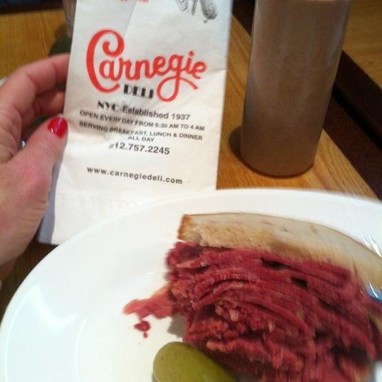 Foto tomada en Carnegie Deli por Michelle C. el 12/11/2012