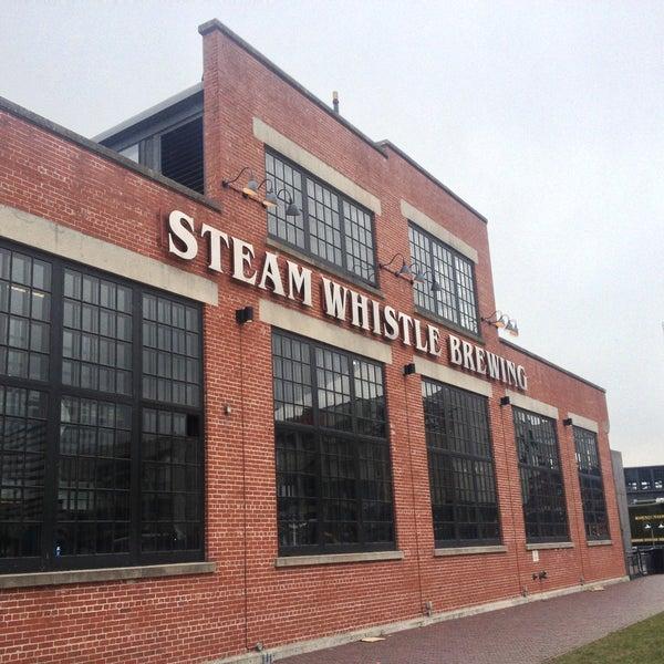 4/25/2013 tarihinde Frankie J.ziyaretçi tarafından Steam Whistle Brewing'de çekilen fotoğraf
