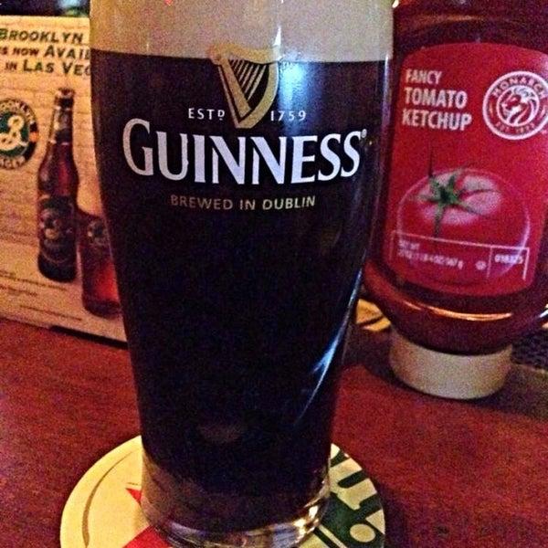 Foto scattata a McMullan's Irish Pub da Shake N B. il 8/8/2014