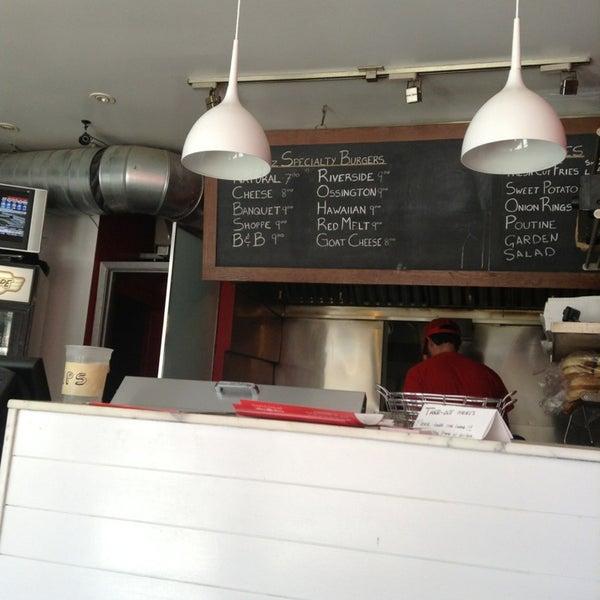 5/2/2013 tarihinde Sam S.ziyaretçi tarafından Burger Shoppe'de çekilen fotoğraf