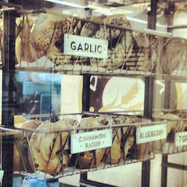 1/20/2014 tarihinde Justin T.ziyaretçi tarafından Davidovich Bagel Shop NYC'de çekilen fotoğraf