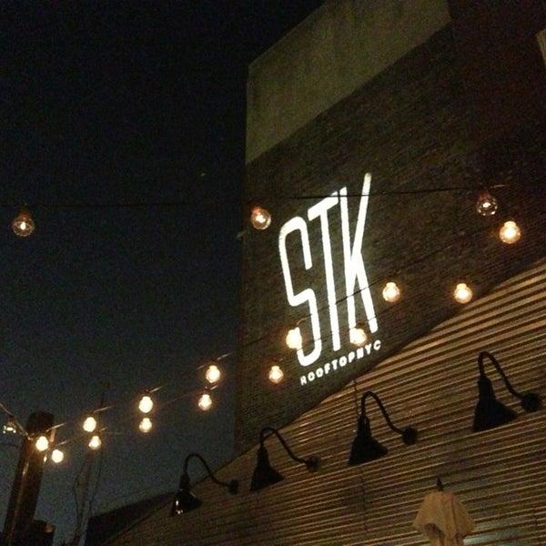Das Foto wurde bei STK Rooftop von Dimi B. am 9/12/2013 aufgenommen