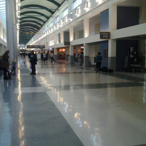 Foto scattata a Louis Armstrong New Orleans International Airport (MSY) da Valerie K. il 2/25/2013