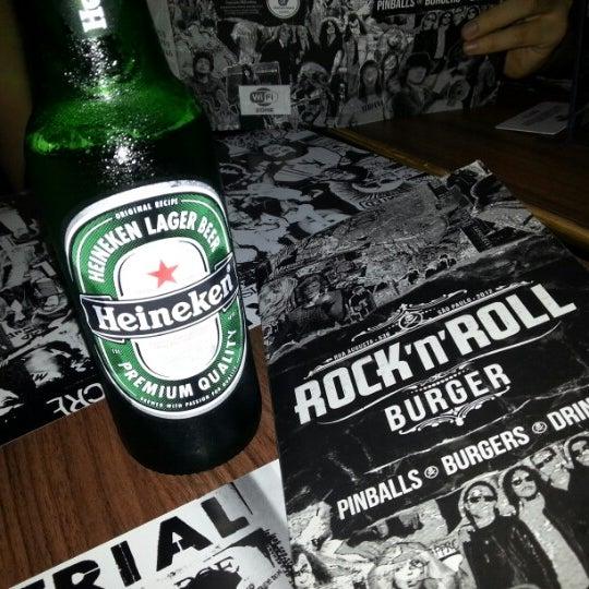 12/2/2012 tarihinde Carlos N.ziyaretçi tarafından Rock 'n' Roll Burger'de çekilen fotoğraf