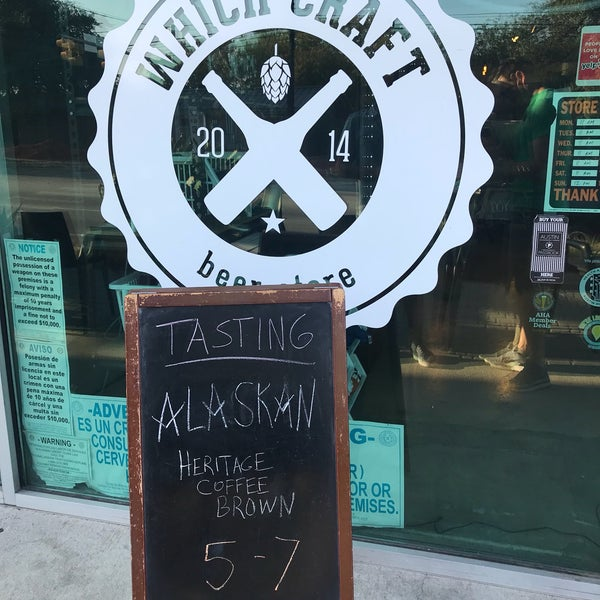 Das Foto wurde bei WhichCraft Beer Store von Chase V. am 10/12/2017 aufgenommen