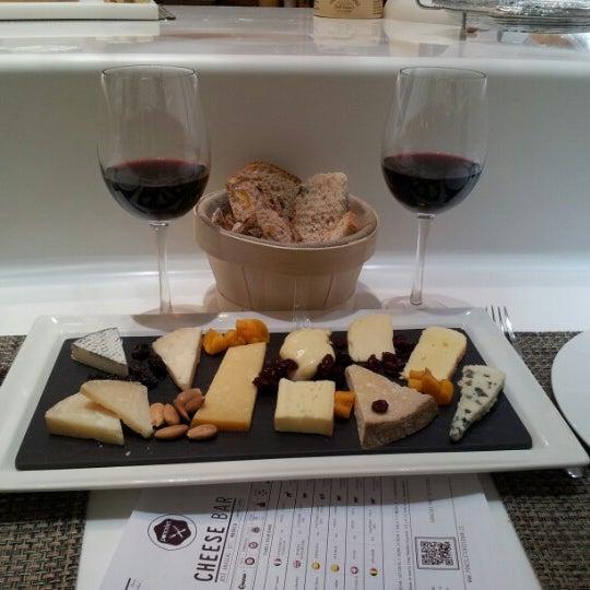 Foto scattata a Poncelet Cheese Bar da ESTELA M. il 11/12/2012