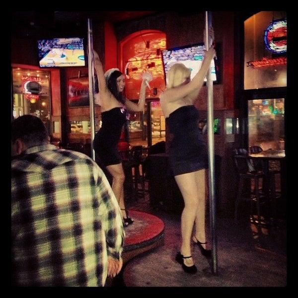 3/24/2013에 Eloise L.님이 Sneaky Pete's에서 찍은 사진