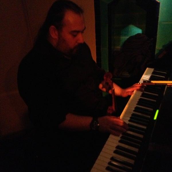 รูปภาพถ่ายที่ Zihni Bar โดย Ferit D. เมื่อ 4/20/2013