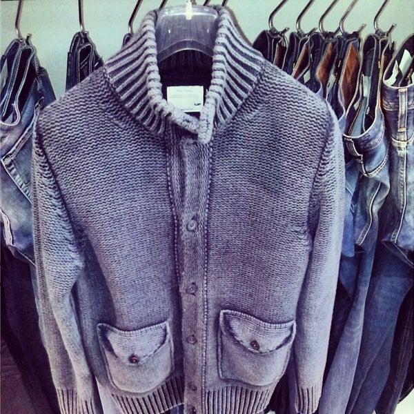 รูปภาพถ่ายที่ Simply Clothing โดย Andrea f. เมื่อ 12/3/2013