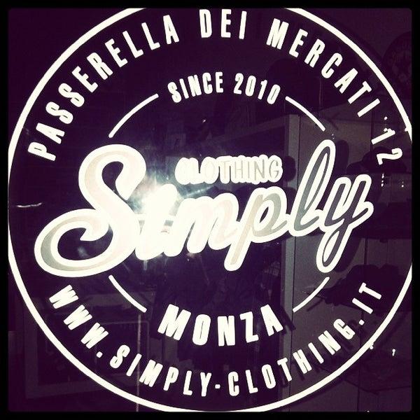 รูปภาพถ่ายที่ Simply Clothing โดย Andrea f. เมื่อ 12/17/2013