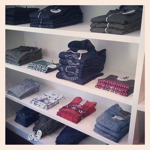 รูปภาพถ่ายที่ Simply Clothing โดย Andrea f. เมื่อ 3/7/2014