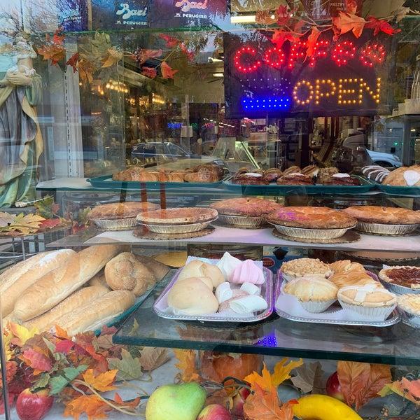 Foto diambil di LaGuli Pastry Shop oleh Kimmie O. pada 10/22/2020