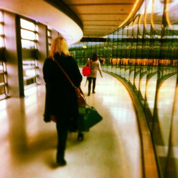 Foto tirada no(a) Aeroporto de Dublin (DUB) por Helen em 4/7/2013