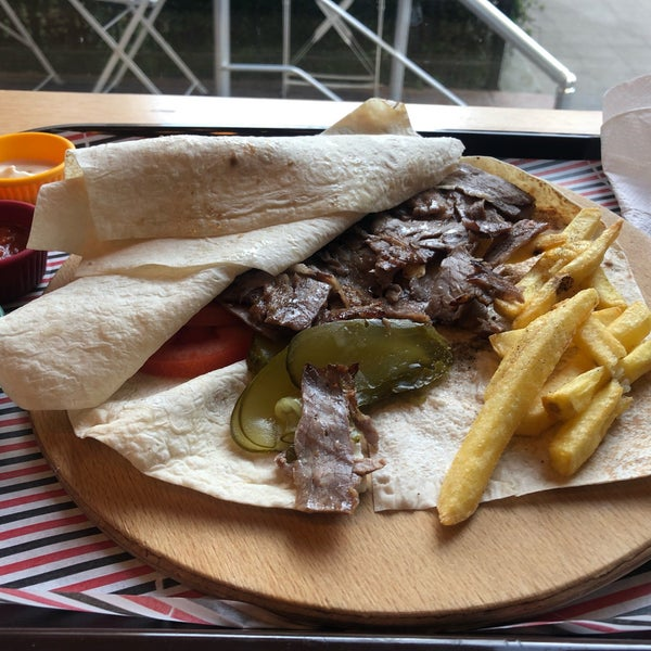 Özellikle, Et Döner porsiyonu tavsiye ederim. İstanbul'da lezzetli aynı zamanda astronomik rakamlar ödemeden gerçek et yiyebileceğiniz bir mekan. Özellikle farklı sosları dönere ayrı bir yorum katıyor