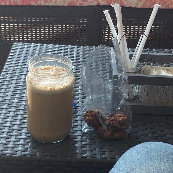 La horchata chai está deliciosa, aparte venden unas galletas de arándano con chocolate que son soberbias pero, fui tres veces y NINGUNA tuvieron pan de muerto... Nada más me quedé con el antojo.