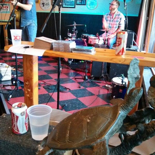 Foto diambil di Lucy's Retired Surfers Bar and Restaurant oleh Benjy P. pada 3/14/2013