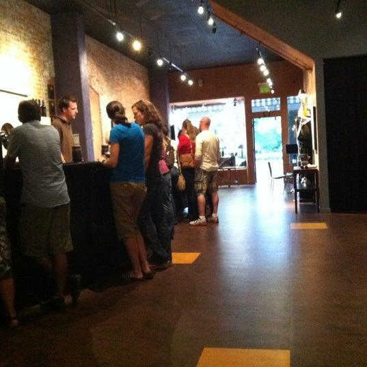 10/28/2012 tarihinde Louisa M.ziyaretçi tarafından Thumbprint Cellars Tasting Room & Art Gallery'de çekilen fotoğraf