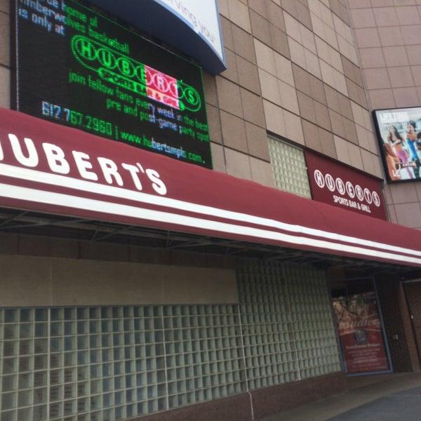 Foto tirada no(a) Huberts Sports Bar & Grill por Jessica C. em 7/16/2016
