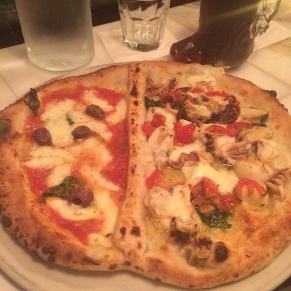 Foto scattata a Menomalé Pizza Napoletana da Mike F. il 11/13/2014