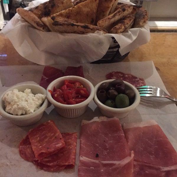 Foto scattata a Menomalé Pizza Napoletana da Mike F. il 4/10/2015