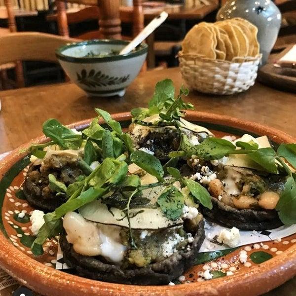 Sopes de longaniza verde con alubias y salsa de chicatana. 🧡