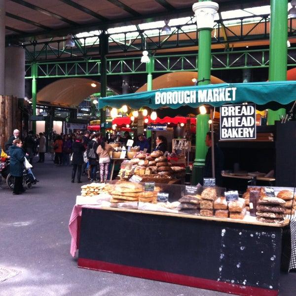 Foto tirada no(a) Borough Market por Rafael C. em 4/18/2013