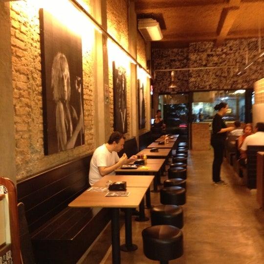 12/5/2012 tarihinde Lari Sae A.ziyaretçi tarafından Rock 'n' Roll Burger'de çekilen fotoğraf