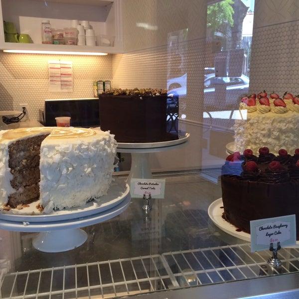 Foto tomada en Petunia's Pies & Pastries por Maya Z. el 7/25/2014