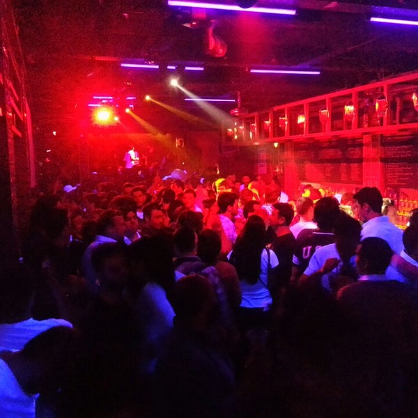 Manasız bir kalabalık var oysa ki iyi içkiler ve müzikler var! Paraniza yazik amandir !!!