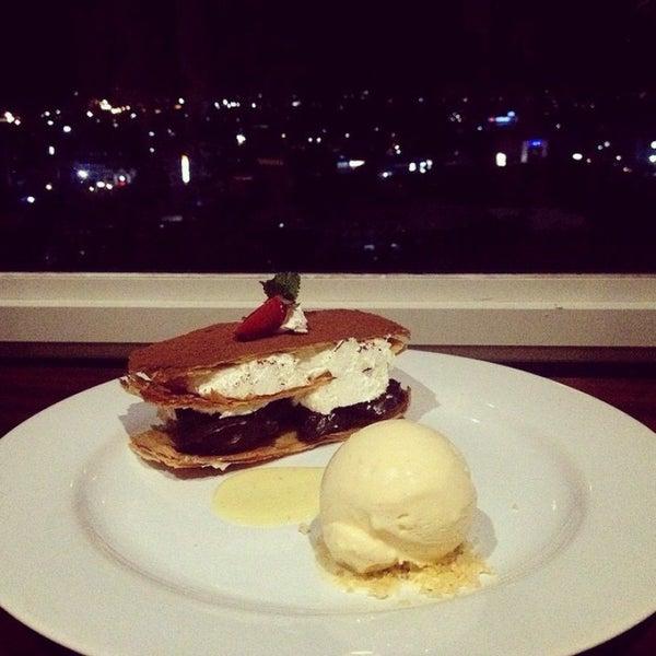Foto diambil di ON20 Bar & Dining Sky Lounge oleh Agung S. pada 1/19/2015