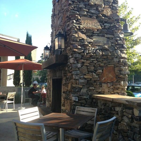 รูปภาพถ่ายที่ Fire Stone Wood Fired Pizza & Grill โดย Olivia M. เมื่อ 7/16/2013
