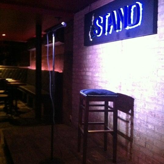 รูปภาพถ่ายที่ The Stand Restaurant & Comedy Club โดย Frani L. เมื่อ 9/13/2012