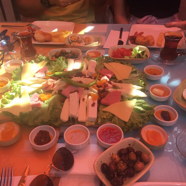Photo prise au Büyükada Bistro Candy Garden par Özlem . le6/15/2018
