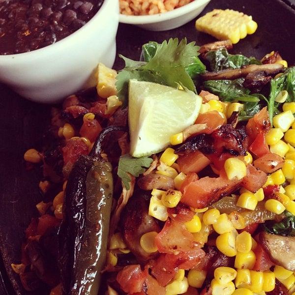 Foto scattata a Paco's Tacos & Tequila da {Social}Kat il 6/27/2013