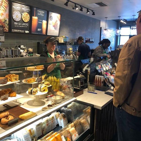 Foto scattata a Starbucks da Kathie H. il 4/25/2018
