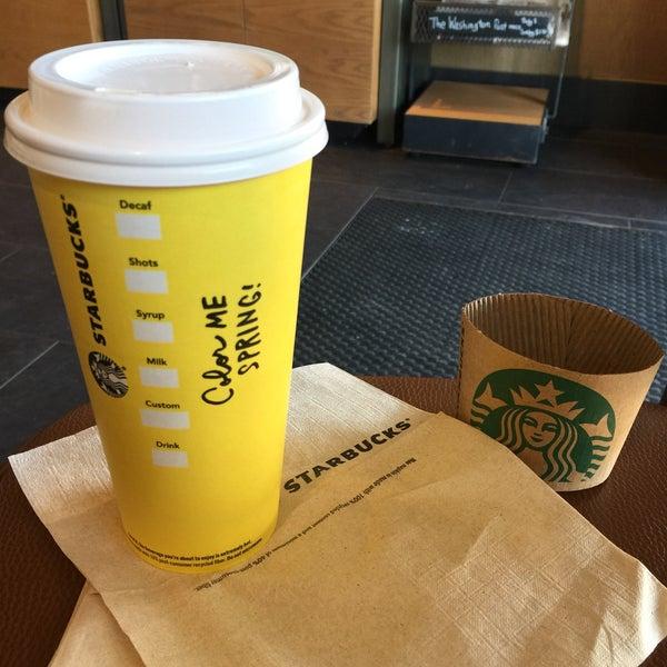 Foto scattata a Starbucks da Kathie H. il 3/22/2017