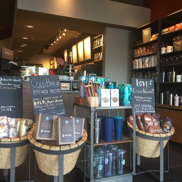 Foto scattata a Starbucks da Kathie H. il 5/10/2017