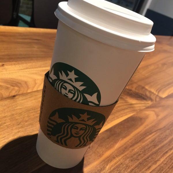 Foto scattata a Starbucks da Kathie H. il 2/14/2018