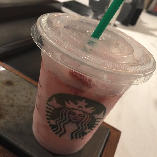 Foto scattata a Starbucks da Kathie H. il 2/25/2018