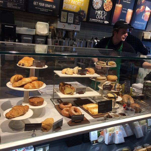 Foto scattata a Starbucks da Kathie H. il 3/9/2018