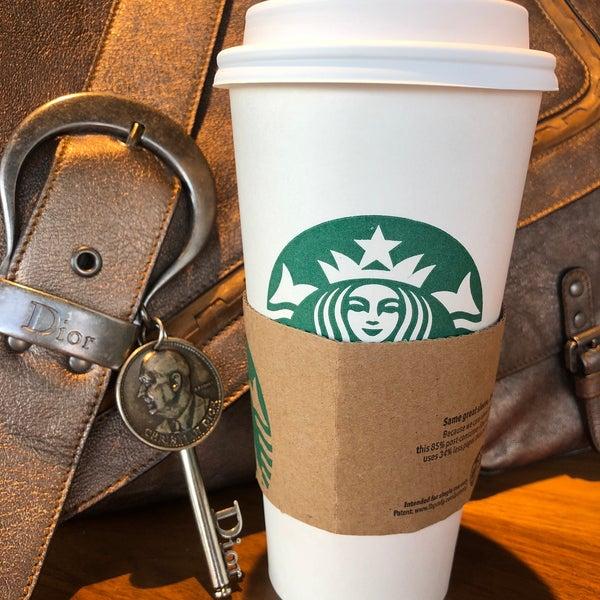 Foto scattata a Starbucks da Kathie H. il 4/18/2018