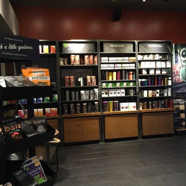 Foto scattata a Starbucks da Kathie H. il 5/21/2016