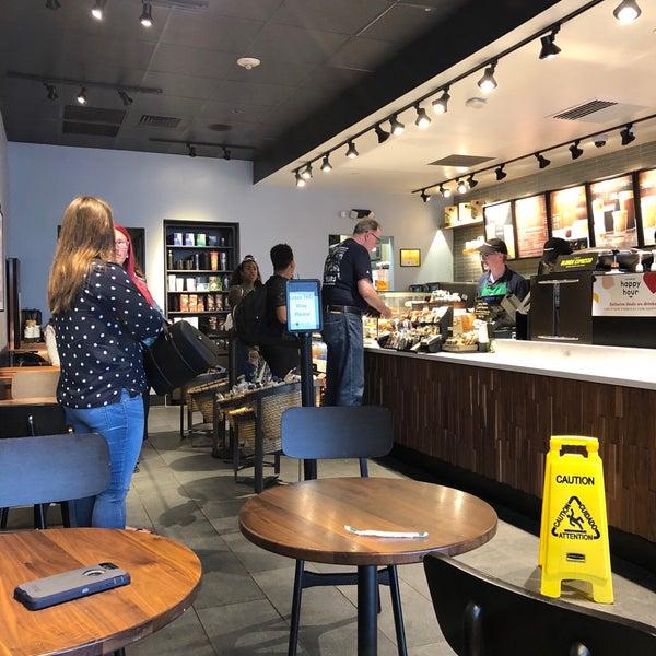 Foto scattata a Starbucks da Kathie H. il 9/21/2018