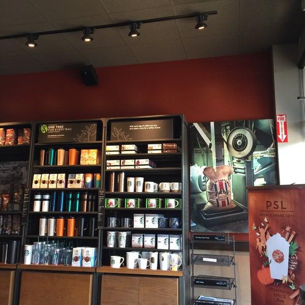 Foto scattata a Starbucks da Kathie H. il 9/5/2016