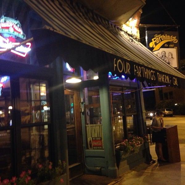 Foto tirada no(a) Four Farthings Tavern & Grill por Louise S. em 9/3/2014