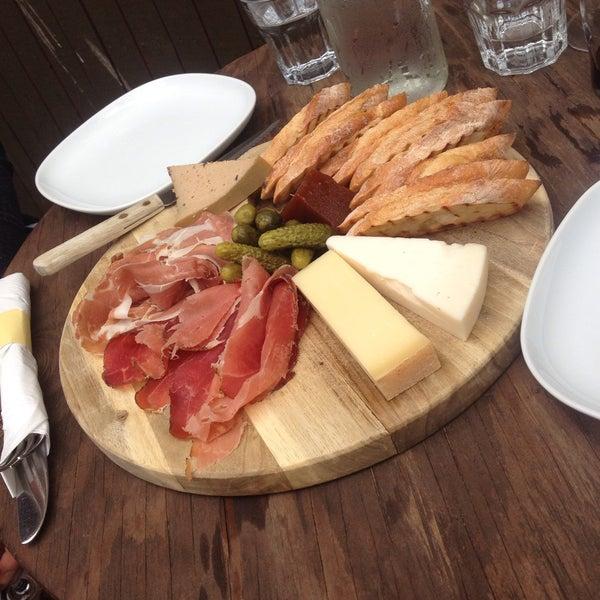Foto tomada en OAK Restaurant & Wine Bar por Carly S. el 5/9/2015