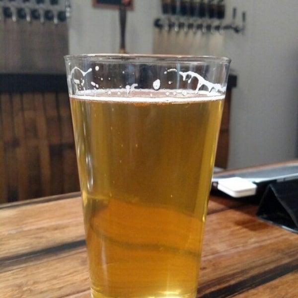 Foto tomada en Beach City Brewery por Alexander B. el 11/6/2015