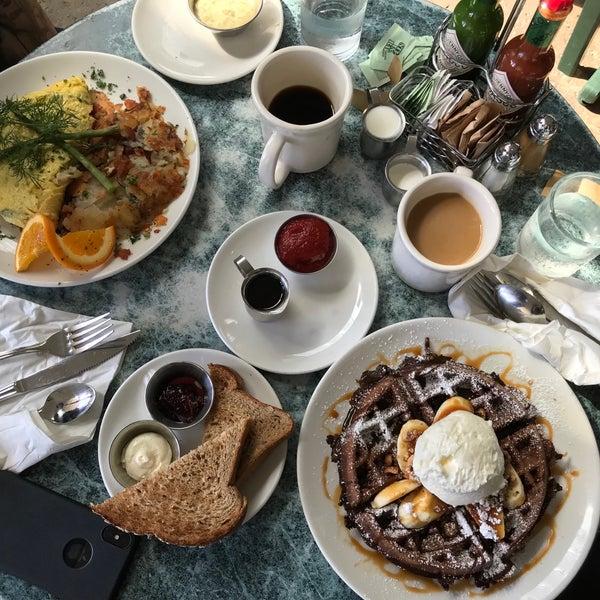 4/12/2018 tarihinde Krizia B.ziyaretçi tarafından Plums Cafe and Catering'de çekilen fotoğraf