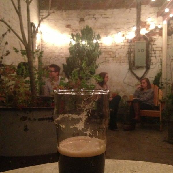 Das Foto wurde bei Alphabet City Beer Co. von Alicia H. am 9/21/2013 aufgenommen