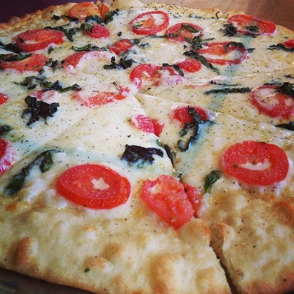 Foto tomada en West Crust Artisan Pizza por Lisa D. el 5/7/2013
